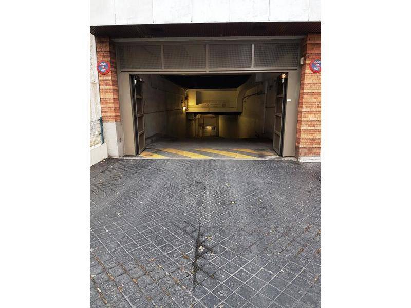 Location garage parking paris 15e 100 e de for Garage suffren paris 15