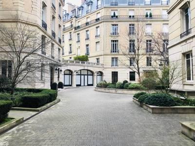 Location meublée studio 20m² Paris 8E - 1.900€